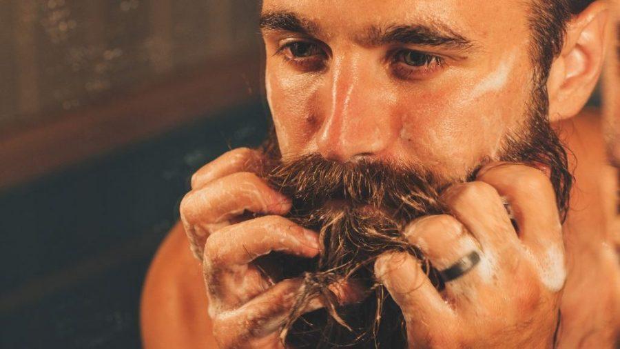 Masajea toda la barba con un champú especifico como los que vendemos aquí.