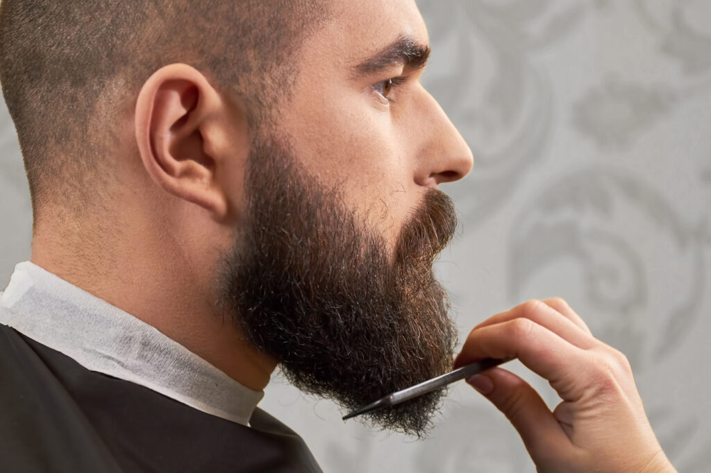 Peinar, recortar el bello no deseado y sanear las puntas son parte del cuidado de una barba sana